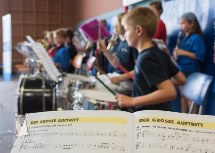 Junge Talente musizieren in Sporthalle